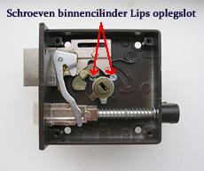 De binnencilinder van een oplegslot zit vast met twee schroeven